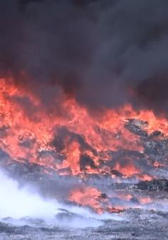 Cháy lớn, khói đen bốc nghi ngút tại Khu công nghiệp Tây Bắc Ga