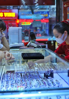 Giá vàng lên xuống thất thường, nhà đầu tư cẩn trọng trước dấu hiệu làm giá