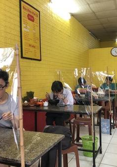 Vẫn còn nhiều hàng quán Hà Nội chưa thực hiện giãn cách để phòng COVID-19