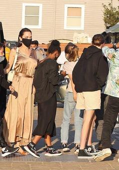 Angelina Jolie đưa 6 con đi ăn tối, Brad Pitt vi vu với tình trẻ ở Pháp