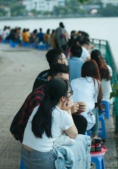 Giới trẻ vô tư tụ tập tại hồ Tây bất chấp dịch COVID-19
