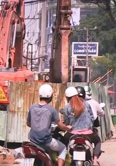 Người dân TP.HCM khốn khổ vì lô cốt, rào chắn trên đường phố