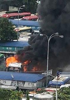 Xe khách bốc cháy dữ dội trong Bến xe Miền Đông