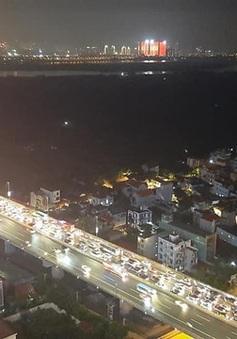 Ba vụ tai nạn giao thông liên hoàn, xe nối đuôi nhau trong mưa trên cầu Nhật Tân