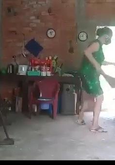 Con gái bạo hành, đổ chất thải lên đầu mẹ do... không được để lại tài sản