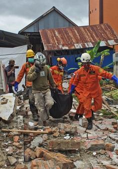 Động đất ở Indonesia: 73 người thiệt mạng, mưa lớn cản trở công tác tìm kiếm cứu nạn