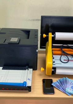Nam thanh niên sản xuất tiền giả bằng máy in màu