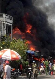 Cháy lớn thiêu rụi 4 căn nhà, 1 người tử vong