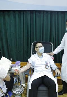 Hàng trăm y, bác sĩ hiến máu cứu người bệnh