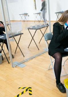 Anh hỗ trợ xét nghiệm nhanh cho học sinh phổ thông