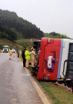Lật xe khách, 2 người thương vong