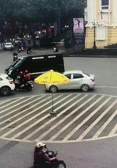 Phạt 17 phương tiện không chấp hành chỉ dẫn của vạch kẻ đường tại quảng trường Cách mạng tháng Tám