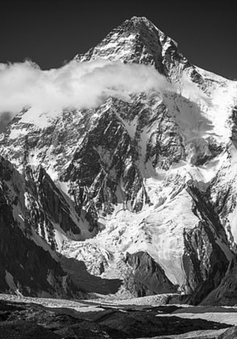 """Những bức hình đen trắng tuyệt đẹp nhưng u ám về dãy núi """"cứ 4 người đi, 1 người không trở về"""""""