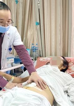 Tưởng béo bụng, vào viện phát hiện khối u nặng... 10 kg
