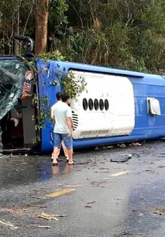 Lật xe khách trên quốc lộ, 19 người bị thương