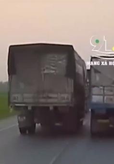 Cố tình vượt ẩu, tài xế xe tải kèn cựa xe đi cùng chiều