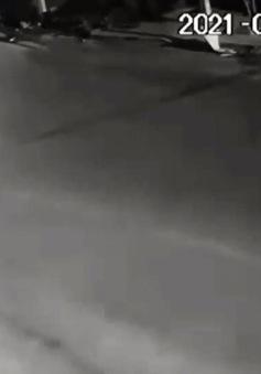 Ôm cua với tốc độ kinh hoàng, xe máy mất lái văng lên mái nhà