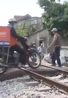 Người dân còn thiếu ý thức khi băng ngang qua đường sắt