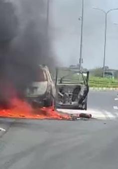 Ô tô 7 chỗ cháy trơ khung trên cao tốc Pháp Vân - Cầu Giẽ