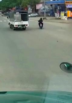 Vượt đèn đỏ, 2 người đi xe đạp điện bị xe tải đâm trực diện