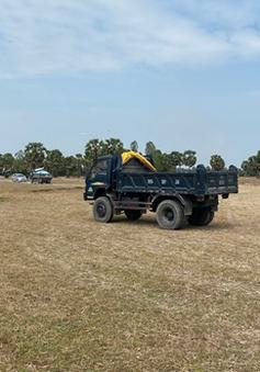 Ngang nhiên sử dụng máy xúc, xe tải khai thác đất mặt trái phép