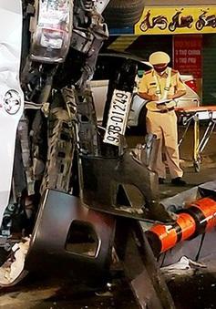 Xe cứu thương chở người chết và thân nhân về quê thì bị lật