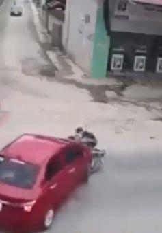 Ô tô sang đường vội không bật đèn xi-nhan gây tai nạn cho xe máy ngược chiều