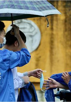 Sĩ tử Hà Nội đội mưa đến điểm thi trong ngày đầu kỳ thi vào lớp 10