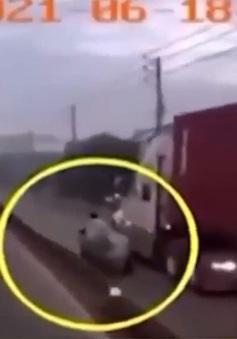 Xe container đi vào đường của xe máy, gây tai nạn rồi bỏ chạy