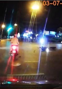 Coi thường luật, tài xế ô tô vượt đèn đỏ gây tai nạn cho người khác