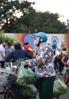 Hà Nội: Bất chấp giãn cách, tiểu thương bán hàng tràn lan ra đường
