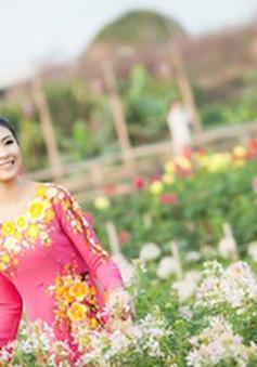 Hoa hậu Ngọc Hân xinh tươi giữa vườn hoa Bách Nhật