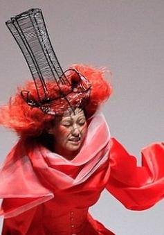 Người mẫu ngã nhào trên sàn diễn Tuần lễ thời trang Trung Quốc