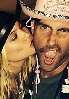 """Adam Levine được hôn thê """"lì xì"""" đầu năm"""