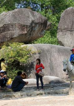 Hòn đá Mái ở di tích Hòn Trống Mái sắp... rơi