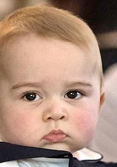 Em bé hoàng gia Anh học bơi khi mới 12 tháng tuổi