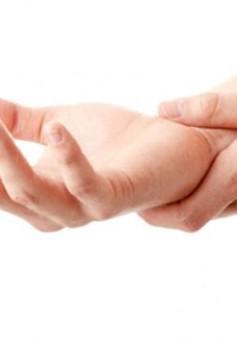 Làm việc quá sức dễ bị viêm gân gấp bàn tay