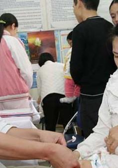 Hà Nội: Cha mẹ đua nhau đưa con đi tiêm phòng sởi