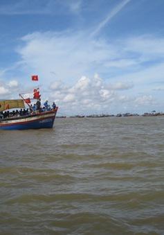 Thanh Hóa: Tàu chở 50 người bị sóng đánh chìm
