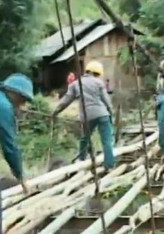 Dựng lại cầu tạm Chu Va 6 bị lũ cuốn trôi