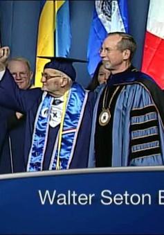 Cựu chiến binh Mỹ mắc ung thư nhận bằng đại học ở tuổi 90
