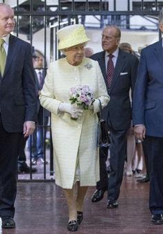 Nữ hoàng Elizabeth II thăm di tích nhà tù Belfast