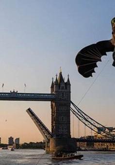 Độc đáo diều rồng khổng lồ bay dọc sông Thames.