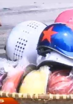 Sau 1/7, mũ bảo hiểm rởm vẫn được bày bán tràn lan