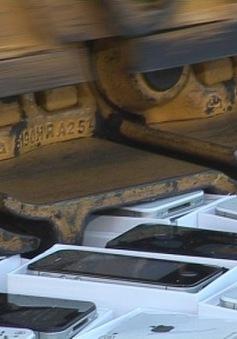 Nga dùng máy ủi tiêu hủy iPhone nhái