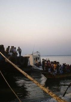 Lật phà chở hàng trăm hành khách tại Bangladesh