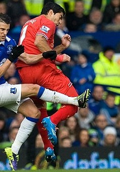 Hậu derby Merseyside: HLV Liverpool trách trọng tài không đuổi người