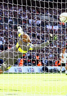 Bobby Zamora ghi bàn thắng trị giá 134 triệu bảng giúp QPR trở lại Premier League