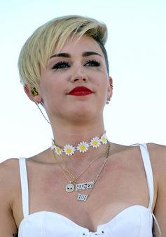 """Sau khi diễn trò """"lố"""", Miley Cyrus khóc trên sân khấu"""