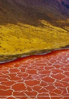 Kỳ lạ hồ nước nhiều màu sắc